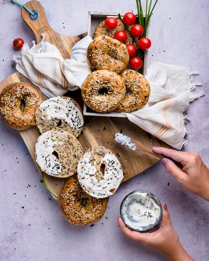 Featured Bild amerikanische Bagels, ein einfaches Rezept zum selber backen. Original amerikanische Bagels, innen weich und saftig, aussen knusprig