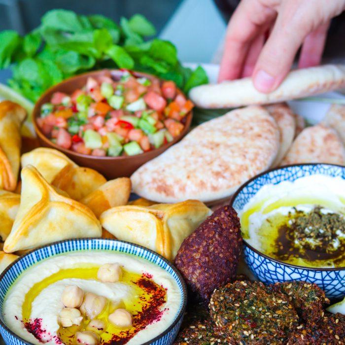 Mezze Platter Falafel sind knusprige arabische Kichererbsen Bällchen mit Kräutern und Gewürzen. Perfekt als veganer Snack, Vorspeise, in Salaten oder Mezze Platter