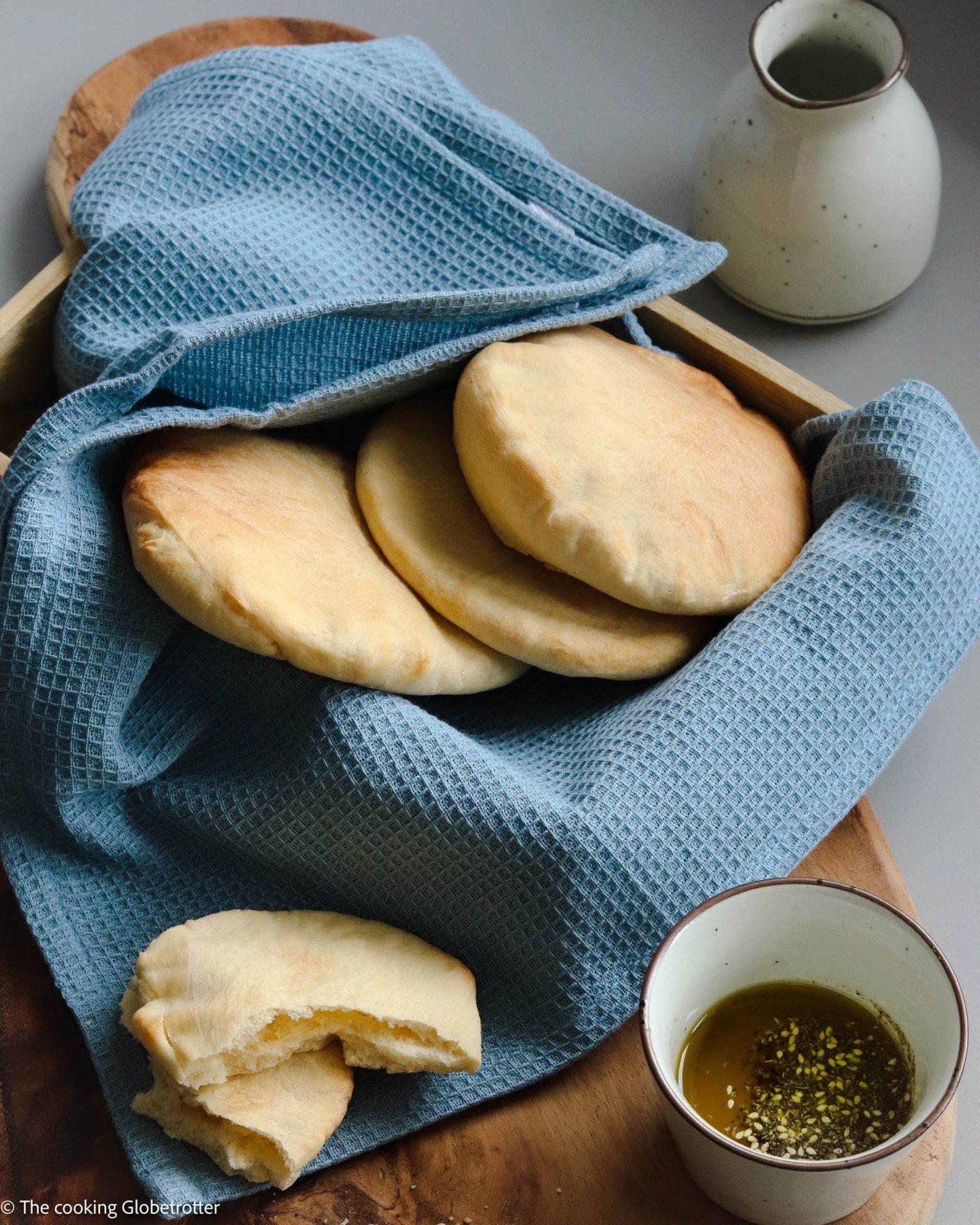 MAIN Pita ist ein Fladenbrot aus Hefeteig, die sehr verbreitet im ganzen Nahen Osten ist. Da sie innen hol sind, eignen sich die Pitataschen wunderbar zum Füllen