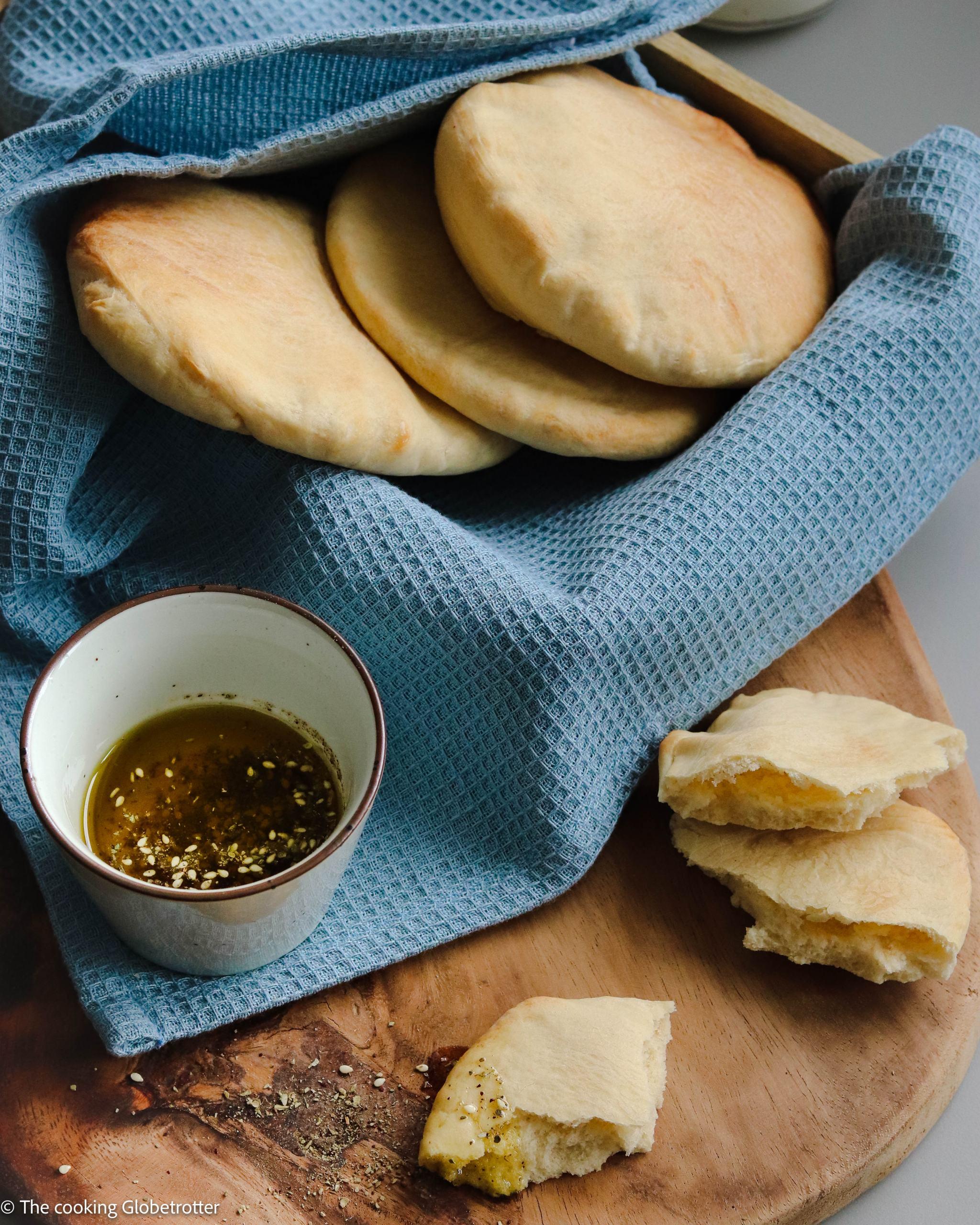 Index Featured Pita ist ein Fladenbrot aus Hefeteig, das sehr verbreitet im ganzen Nahen Osten ist. Da die Taschen innen hohl sind, eignen sie sich wunderbar zum Füllen. Wie wird hier in dem dem Rezept erklärt!