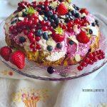 Ohne Zucker backen? Schmeckt das?! Und wie! Niemand wird es merken! Dieser Zuckerfreier Sommer Kuchen, voller frischen oder TK Beeren wird euch davon überzeugen!