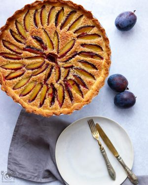 Plum Tart with almond crust: Almond flour combined with plums in this delicious crust pie, that reveals beautiful autumn colors and flavors, the perfect seasonal dessert