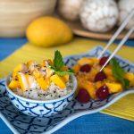 Thai Mango Sticky Reis ist ein einfaches Dessert oder Snack, das man schnell zuhause zubereiten kann. Dieses Rezept für Klebreis bringt dich kulinarisch sofort nach Thailand!