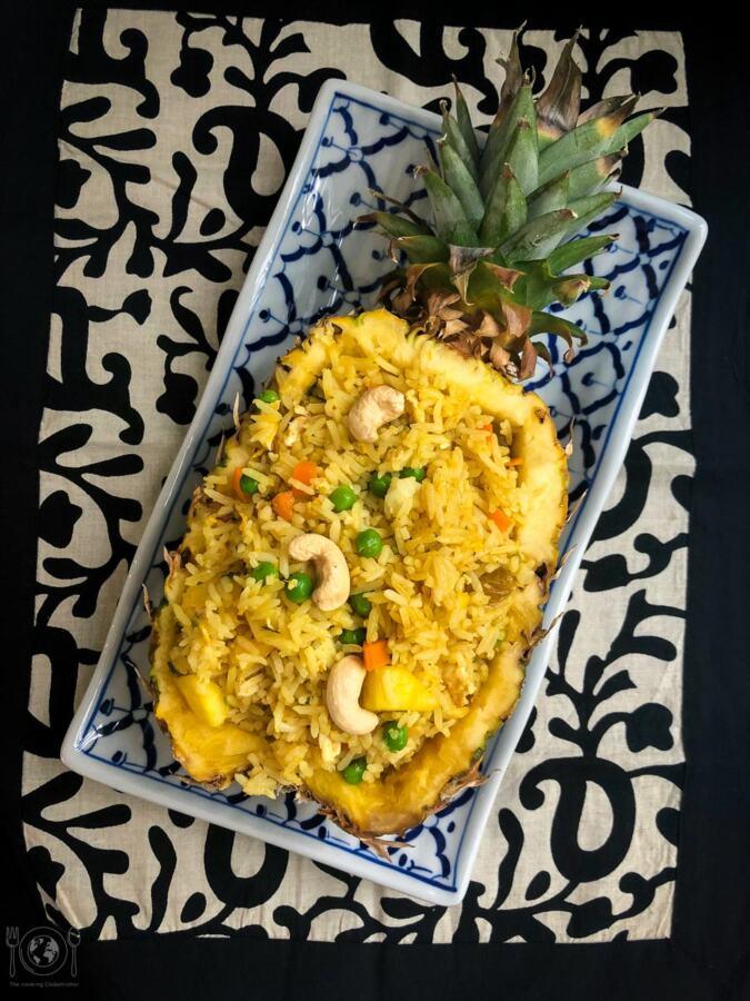 Thai geratener Reis mit Ananas Thai gebratener Reis mit Ananas und schon schmeckt es wie Urlaub! Ein einfaches und schnelles Rezept aus Thailand, das auch hier super funktioniert! Thailändisch kochen Reispfanne