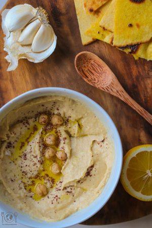 Hummus ist ein einfacher Kichererbsen Dip aus dem Nahen Osten, wie man ihn richtig cremig und lecker macht, findest du hier heraus!